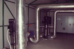 Vízgépház belső szivattyúkkal és vezérlőszekrénnyel